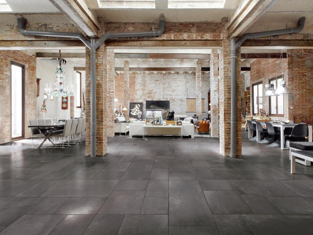 Podlaha dlažby v loftu Manifattura del duca Les Dalles des Chateaux Noir