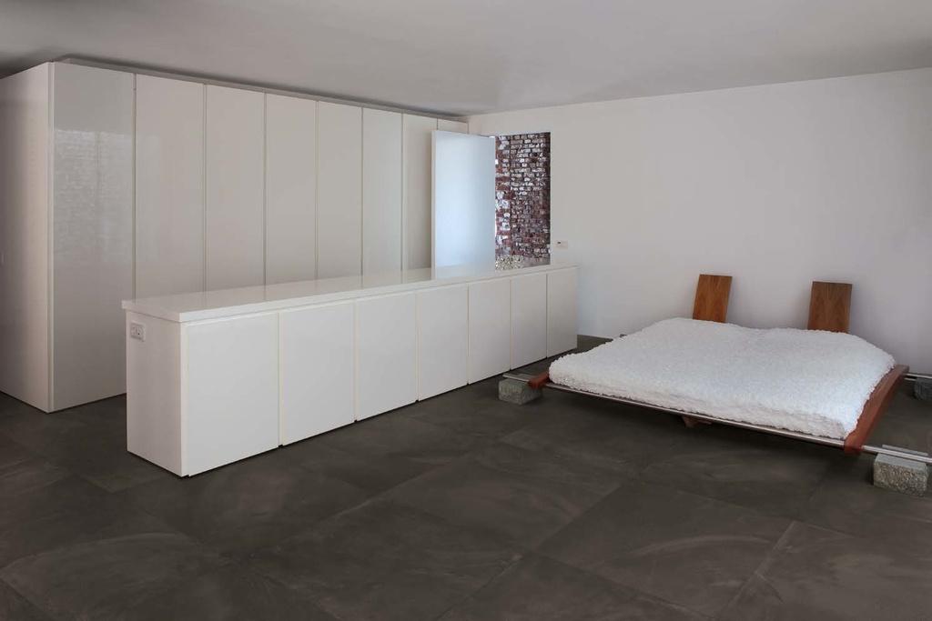 Slinutá dlažba v moderní ložnici Ergon Architect Resin Miami Brown
