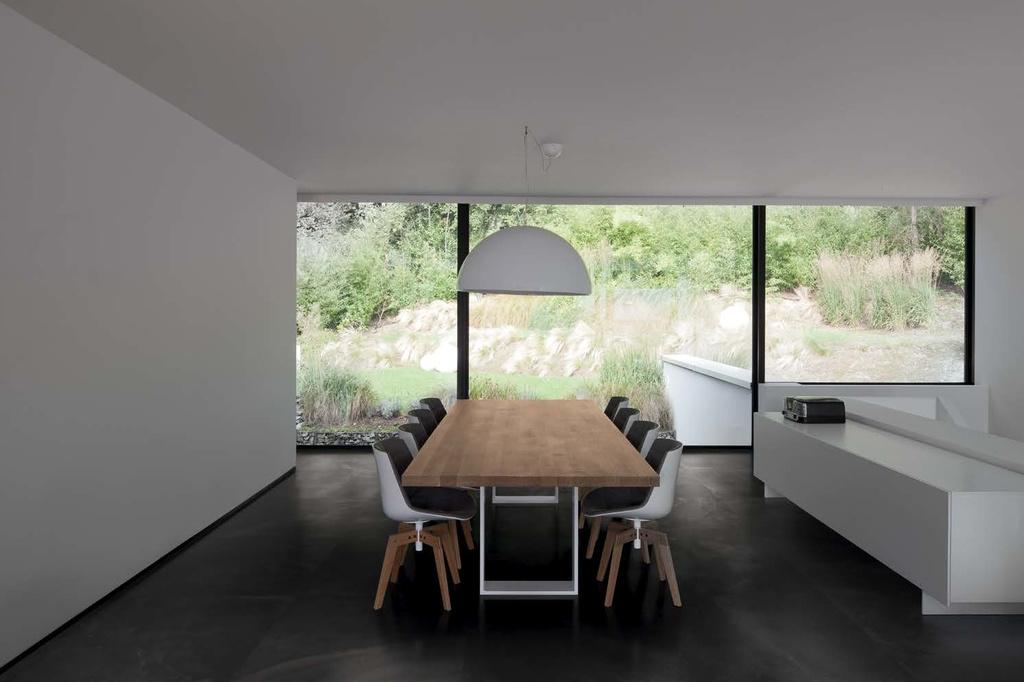 Černá dlažba v kanceláři Ergon Architect Resin Bruxelles Black