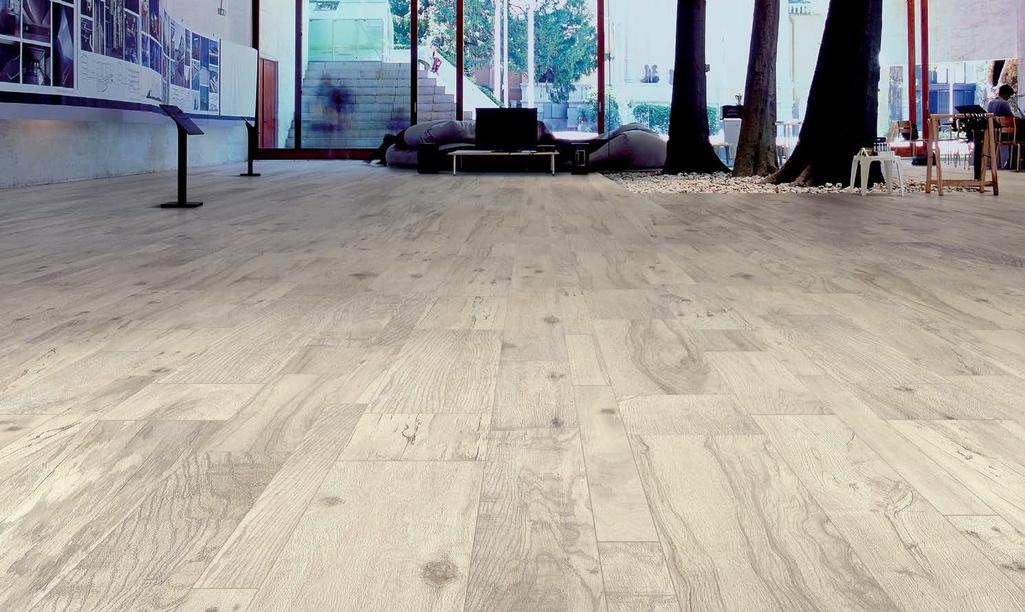 šedobéžová slinutá dlažba jako dřevo Ergon Woodtalk White Smoke
