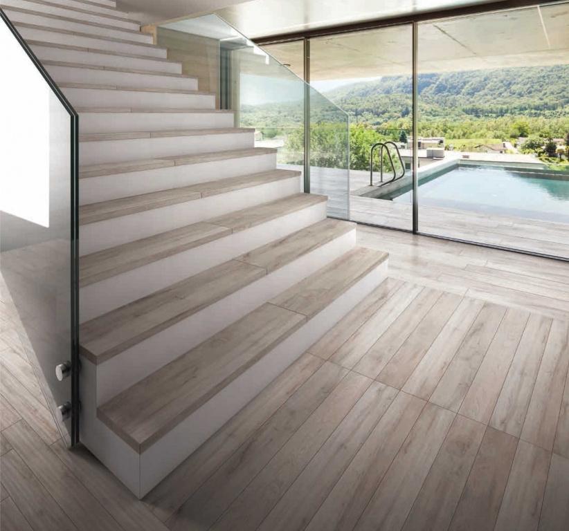 Schodiště obložené dlažbou jako dřevo Sichenia Nature Nocciola 15x120 a Gradino Costa Retta SX, DX 33x120