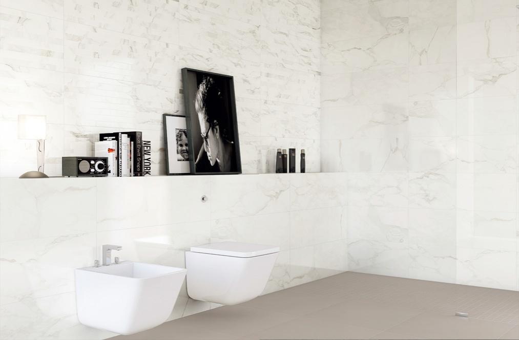 Bílý luxusní mramorový obklad v koupelně Aleluia Ceramicas Série Natura Kalacata a Plan Aluminium