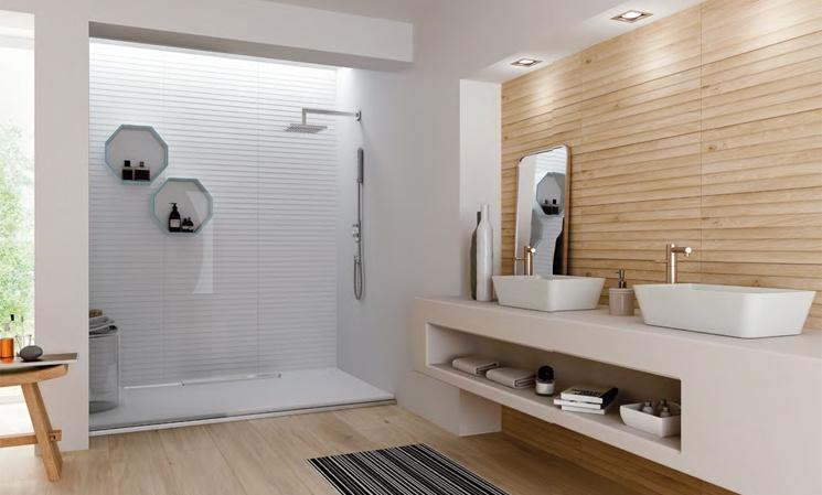 Kombinace bílé a dřeva v koupelně Grupo Halcon Ceramica DOCK BLANCO a LAPONIA DOCK ROBLE