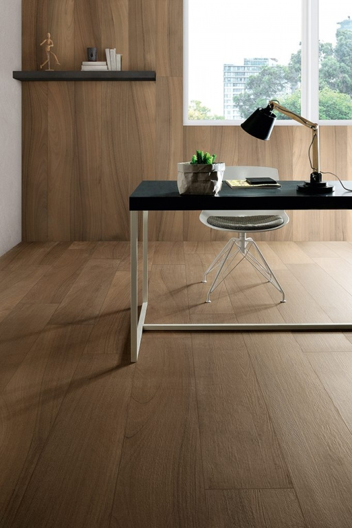 Interiérová středně hnědá dlažba v designu dřeva od výrobce Coem Ceramiche Afromosia
