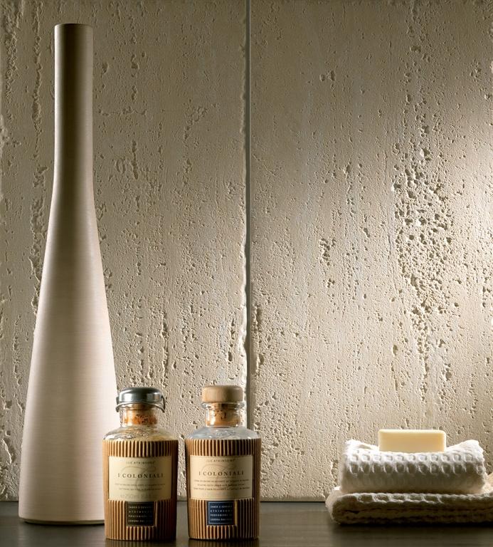 Světlý obklad do koupelny s přírodní strukturou od výrobce Coem Ceramiche Travertino Romano Scanalato
