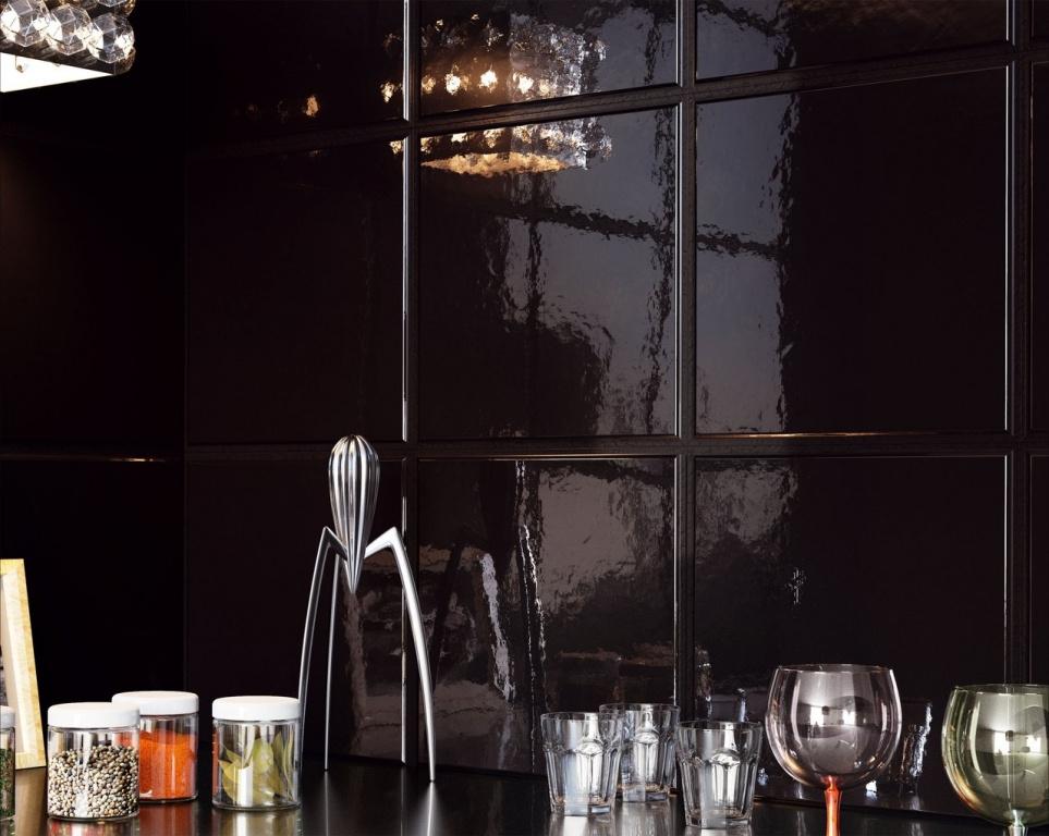 Černý lesklý obklad do kuchyně od výrobce Sant Agostino Flexible Architecture