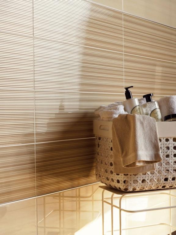 Světlý obklad do koupelny v béžových tónech s pruhy od výrobce Sant Agostino Light