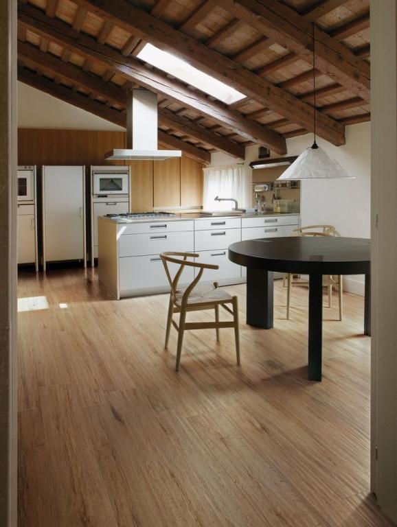 Přírodní dlažba jako dřevo vhodná do kuchyně od výrobce Sant Agostino S.Wood
