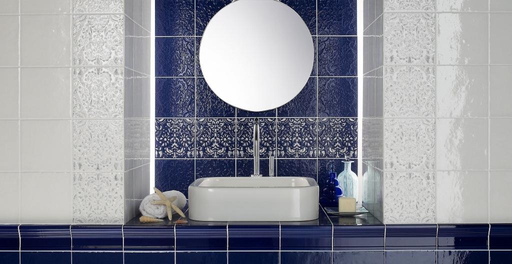 Bílé a modré lesklé obklady do koupelny od výrobce Elios Capri