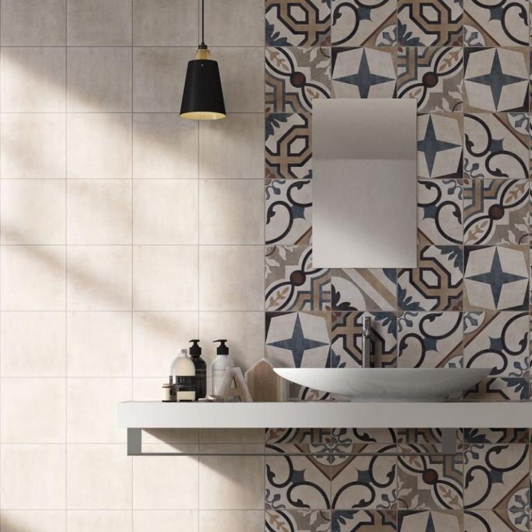 Kombinace světlého a barevného obkladu do koupelny od výrobce Del Conca LD London Faetano