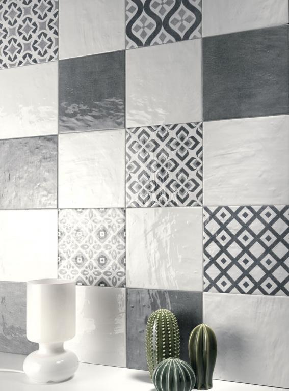 Kombinace bílého a šedého obkladu a obkladu se vzory od výrobce La Fenice Polveri Vietresi Wall