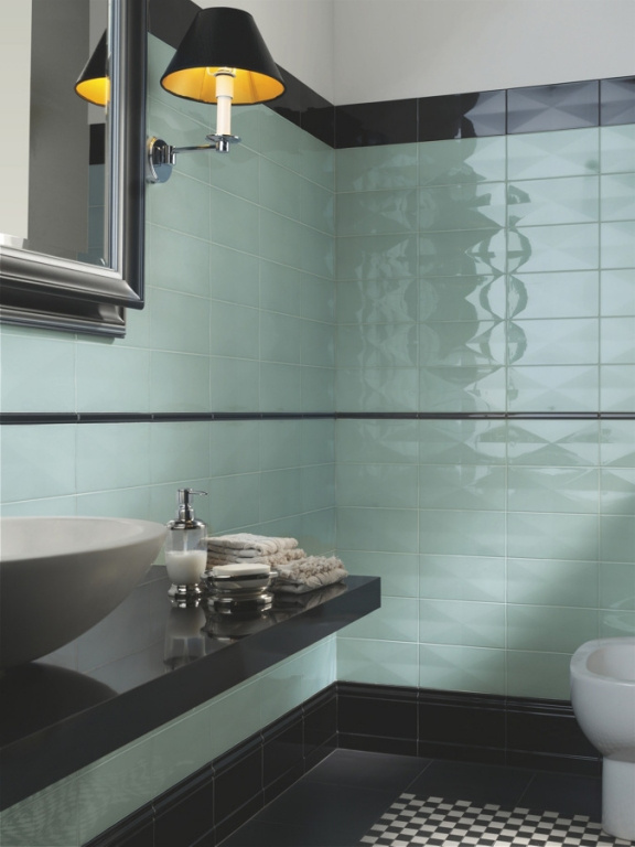 Zelený obklad s černými prvky s nádechem první republiky do koupelny Ceramiche Grazia Formae