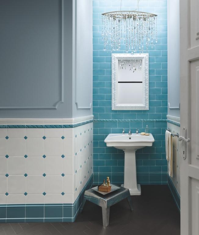Tyrkysové obklady v malé koupelně Ceramiche Grazia Amarcord Pavone a Bianco