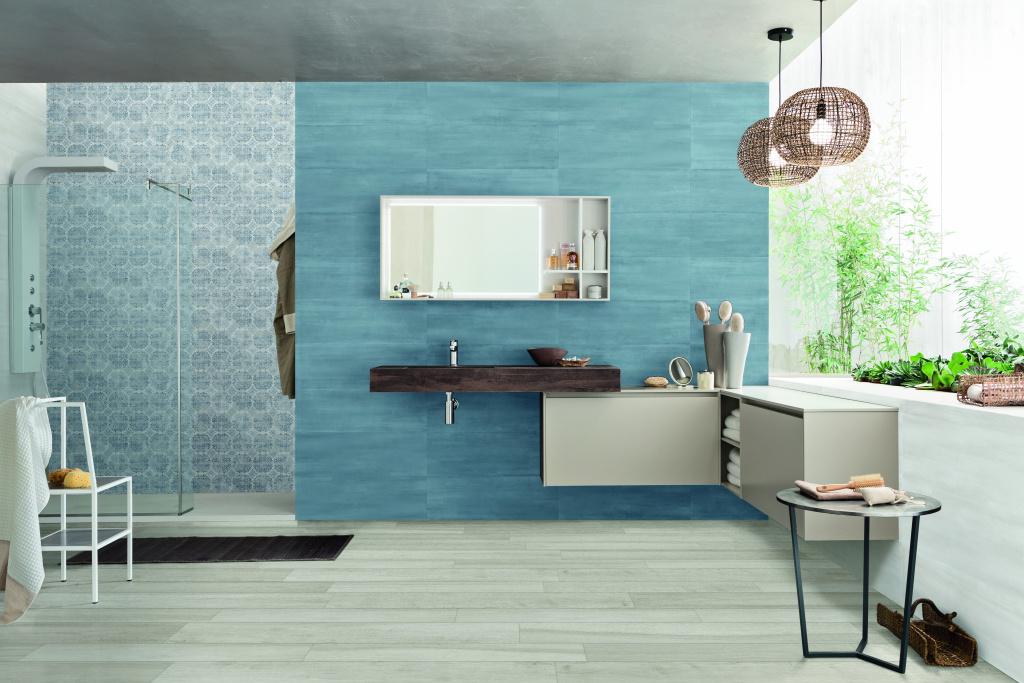 Modrá koupelna se stěnou dekoru Mariner Colors