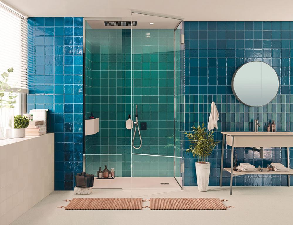 Modrá koupelna s obklady sérií Glamour a Chic s barvami Bondi a Marino (El Barco)