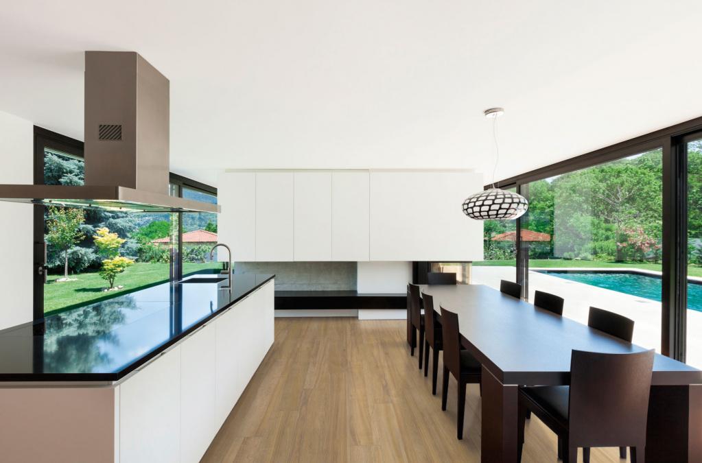 Světlá dlažba do kuchyně v imitaci dřeva od výrobce Cicogres Utria