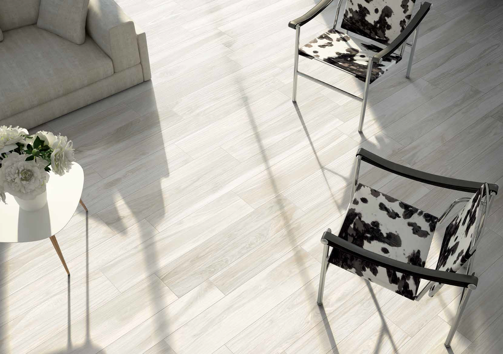 Moderní šedá dlažba inspirovaná dřevem Cerdomus Savanna Milk
