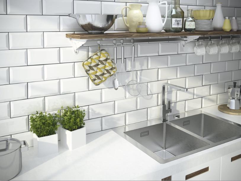 Bílé kuchyňské obklady v imitaci cihly Apegrupo Metro
