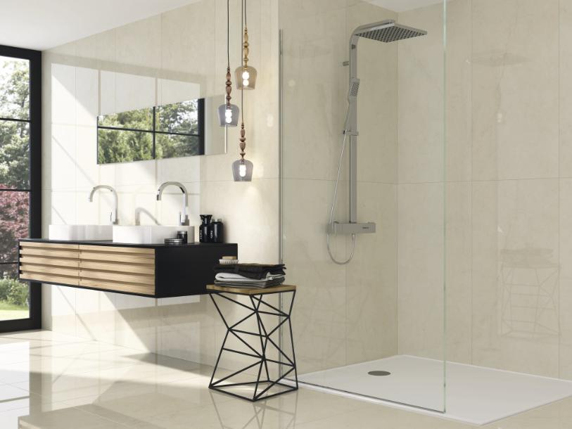 Lesklé krémové obklady do koupelny v imitaci mramoru Apegrupo Plus
