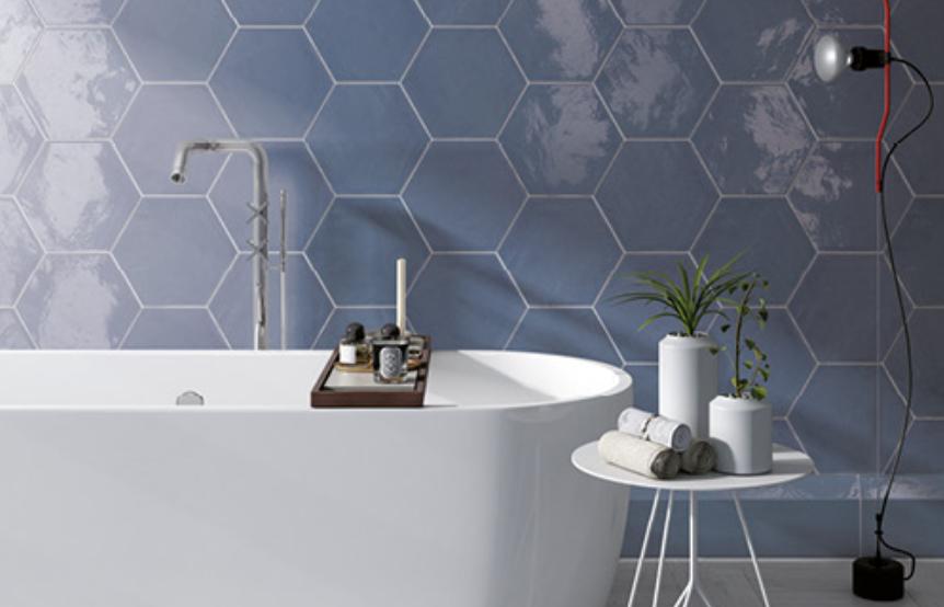 Modré lesklé šestiúhelníkové obklady do koupelny Settecento The Wharfs